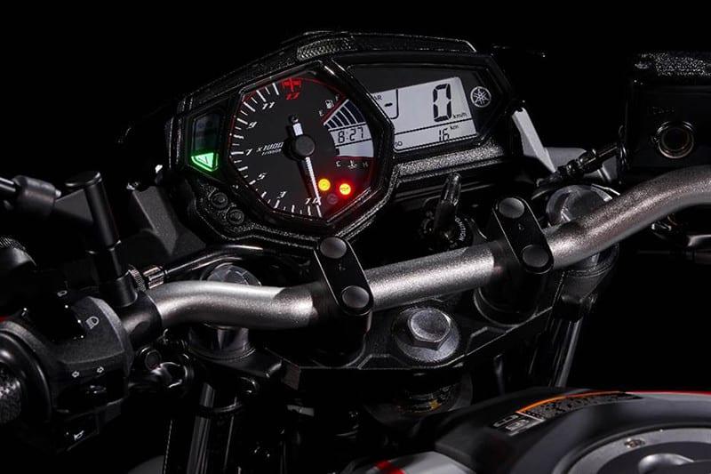 Painel com grande conta-giros analógico ressalta a esportividade do motor que gira alto para atingir sua potência máxima de 42 cv: 10.750 rpm