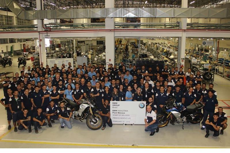 Toda a equipe da fábrica da BMW em Manaus (AM) na foto oficial do início da produção da nova F 850 GS Adventure