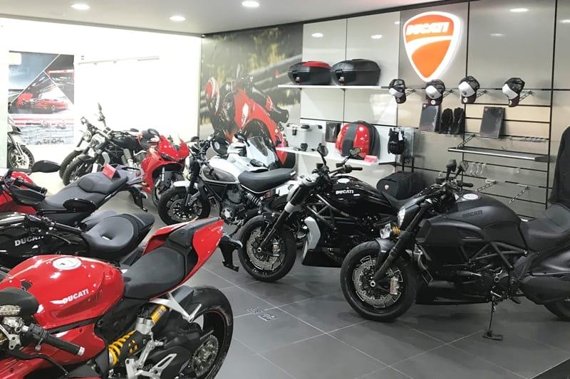 """Há o showroom exclusivo Ducati, mas o novo modelo """"com sinergia"""" expõe motos Ducati no meio dos carros Audi"""