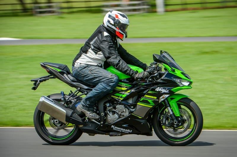 Quando menos é mais: as esportivas médias podem ser ainda mais divertidas que as superbikes e, no mínimo, R$ 20 mil mais barato. Aqui, a Kawasaki ZX-6R, única representante do segmento no Brasil atualmente