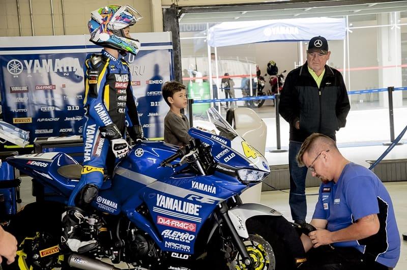 Mário Salles aguarda para treinar para a R3 Cup, enquanto seu mecânico, Murilo, ajusta a calibragem dos pneus e seu avô o observa: incentivo familiar