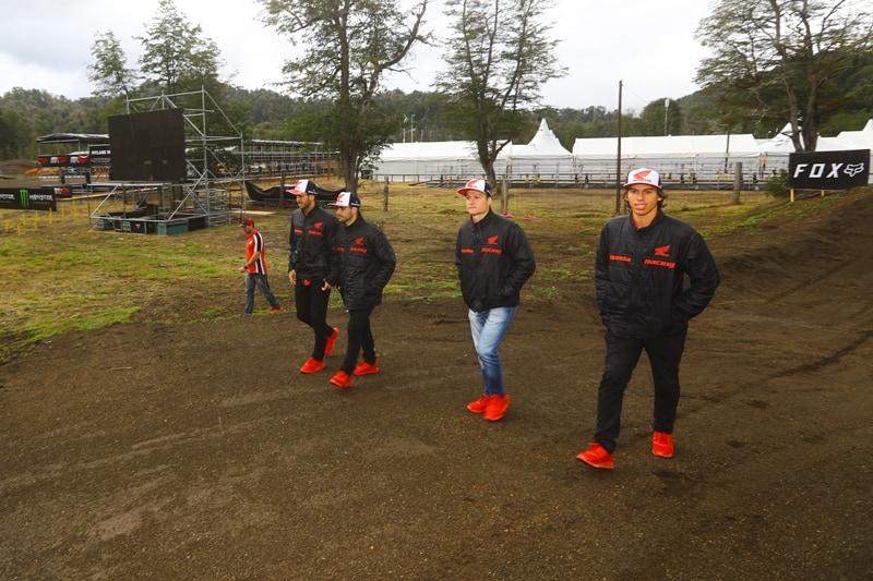 Pilotos da equipe Honda Racing Brasil inspecionam a pista argentina, onde participarão da etapa de abertura do Mundial de Motocross