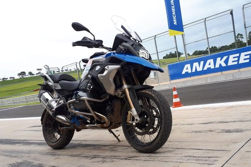 Rodamos com a BMW R 1200 GS Adventure: comportamento muito bom dos pneus tanto no bom asfalto da pista, quanto no pequeno trecho off-road, com pedras, cavas e um pouco de lama
