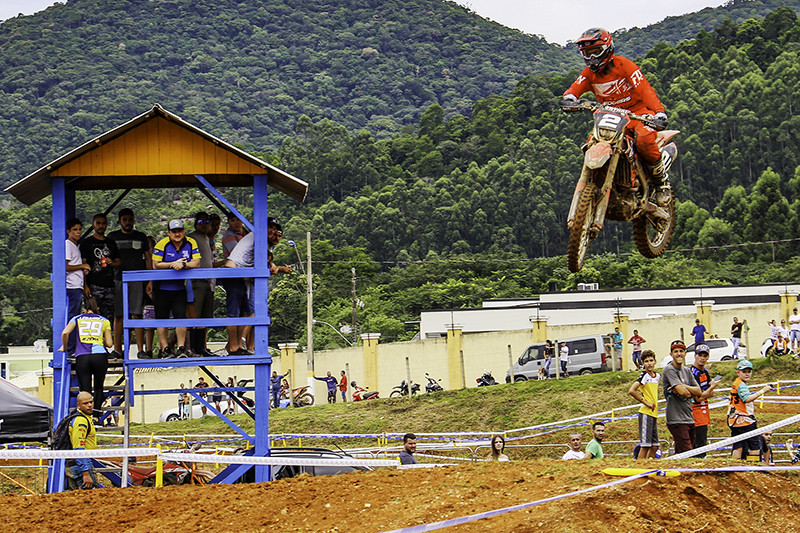 Julio Ferreira voou (literalmente) para conquistar a vitória na primeira etapa. Próxima prova acontece no Rio Grande do Sul, em abril - Foto: Rogério Leite/Mundo Press