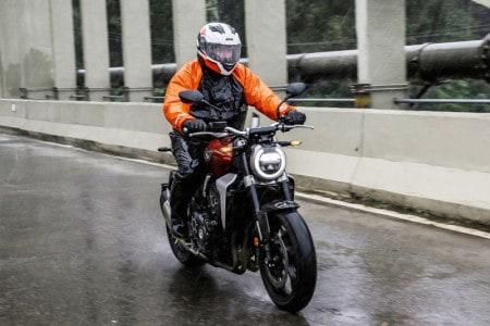 CB 1000R na chuva