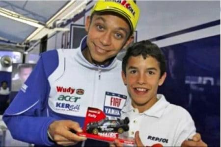 Tietagem pura: note a alegria no rosto do pequeno fã de Valentino Rossi, naquele momento já campeão do mundo na MotoGP; tudo mudou