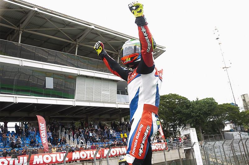 Granado celebra vitória 'em casa'. Piloto está em busca do tricampeonato e é favorito ao título - Foto: Ricardo Santos / Mundo Press