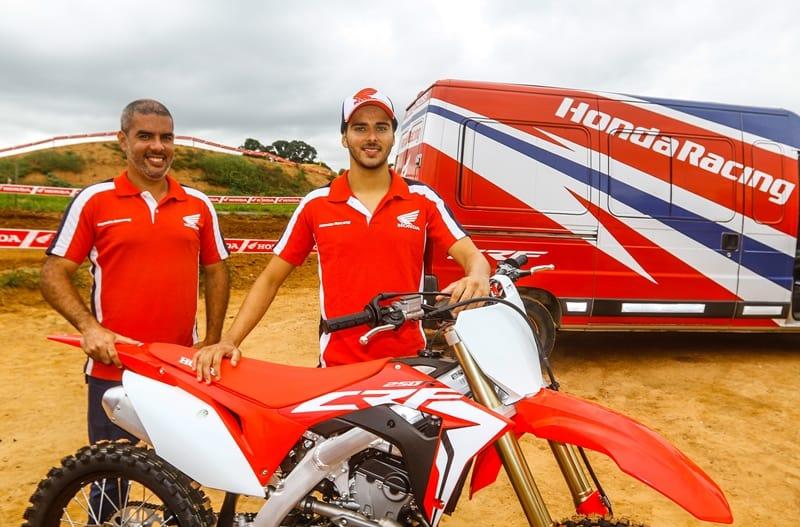 Matheus Klysman (à direita), selecionado no Honda Talent Test 2019, e Cale Neto, chefe de equipe (foto:Idário Café/Mundo Press)