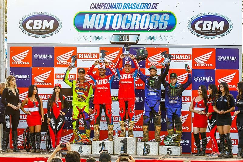 Pódio de feras na abertura do Brasileiro de MX. Carlos Campano, atual campeão, ficou com o segundo lugar na MX1 - Foto: Idário Café / Mundo Press