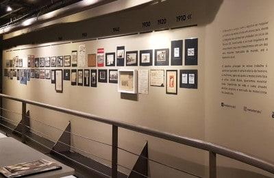 Fotos antigas, recortes de jornais e registros históricos fazem parte da exposição Motostory