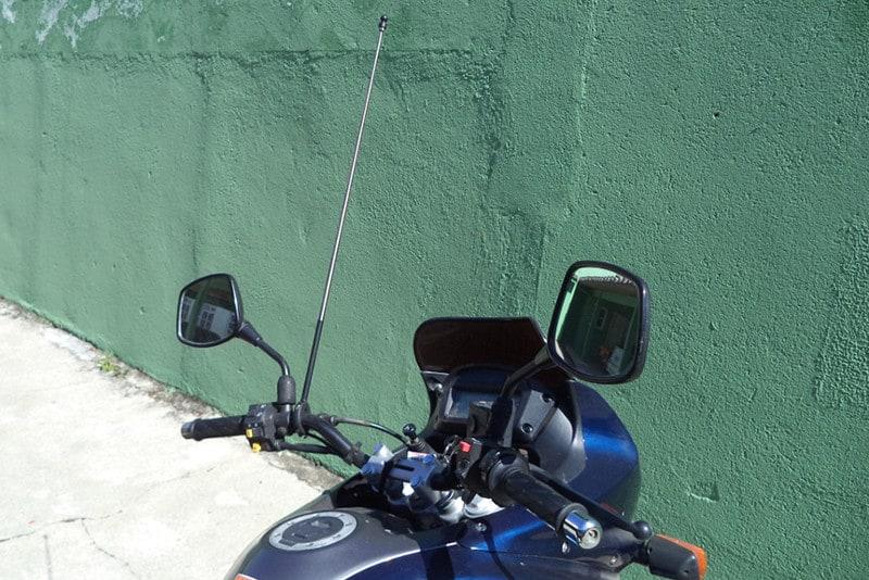 Tão indiscreto quanto necessário, a antena corta pipa é um acessório que não pode faltar em sua moto - especialmente se a viagem ou rotina passa por grandes centros urbanos
