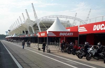 Área de box da pista de Interlagos, onde os consumidores podem realizar um test-ride das motos no Festival Duas Rodas
