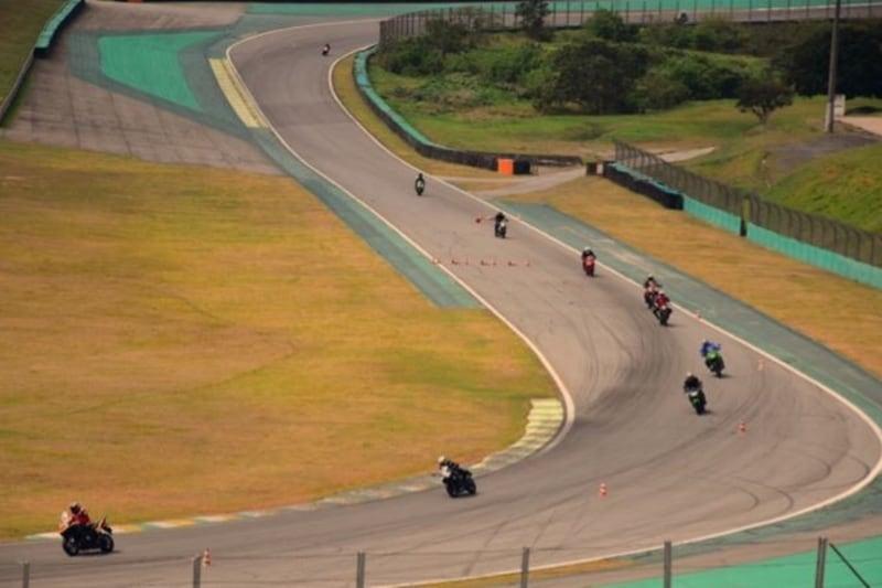 Mulheres motociclistas na pista: o balé das curvas fica mais charmoso