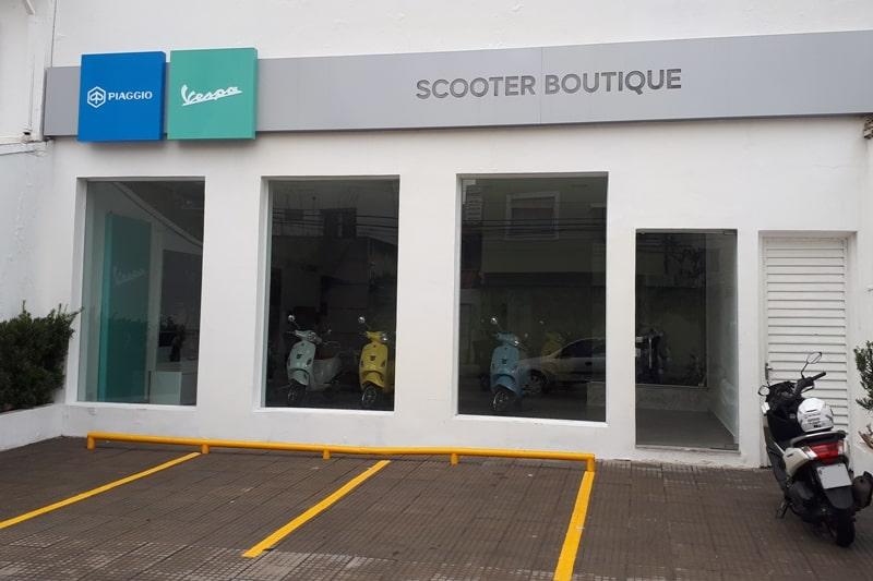 """A fachada da """"boutique"""" Vespa em São Paulo: padrão sofisticado"""