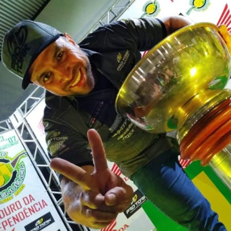 Emerson Loth com o enorme troféu do Enduro da Independência