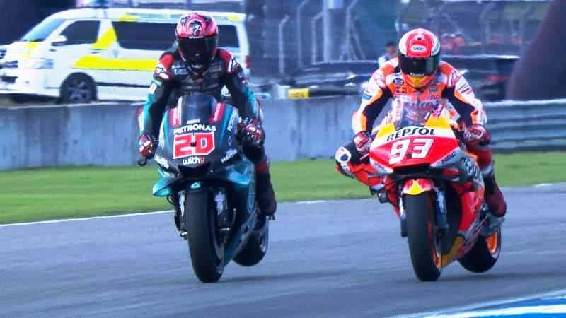 A freada antes da última curva: Quartararo na frente, mas Márquez mudou o traçado e cruzou em primeiro
