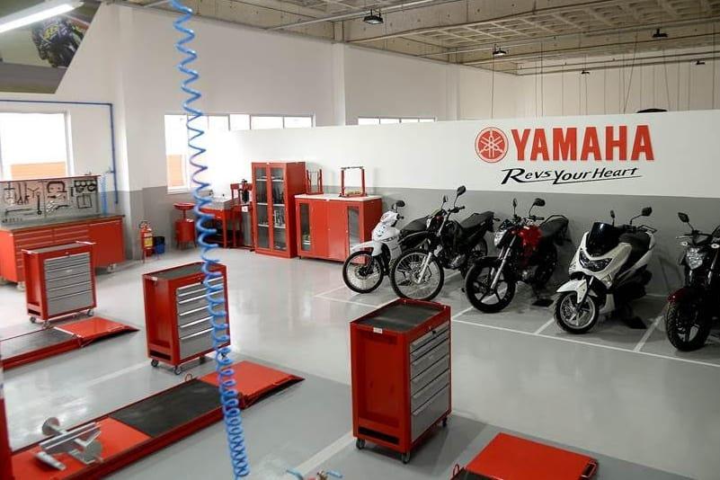 Espaço específico para o treinamento simula uma oficina de concessionária