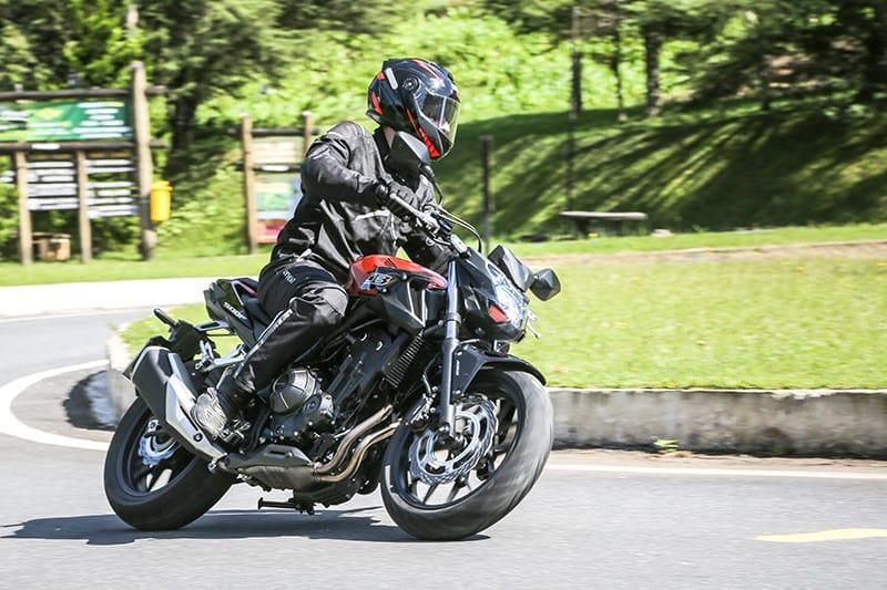 Longe de impressionar em alta rotação, motor enche rápido e garante boas saídas de curvas