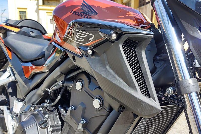 Novas carenagens dão visual mais agressivo ao modelo, expondo motor, parafusos e chassi