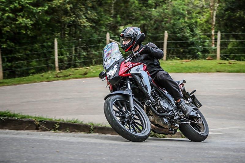 Apesar das suspensões com curso levemente mais longo e da roda maior na dianteira, a ciclística é ágil e contorna curvas com facilidade