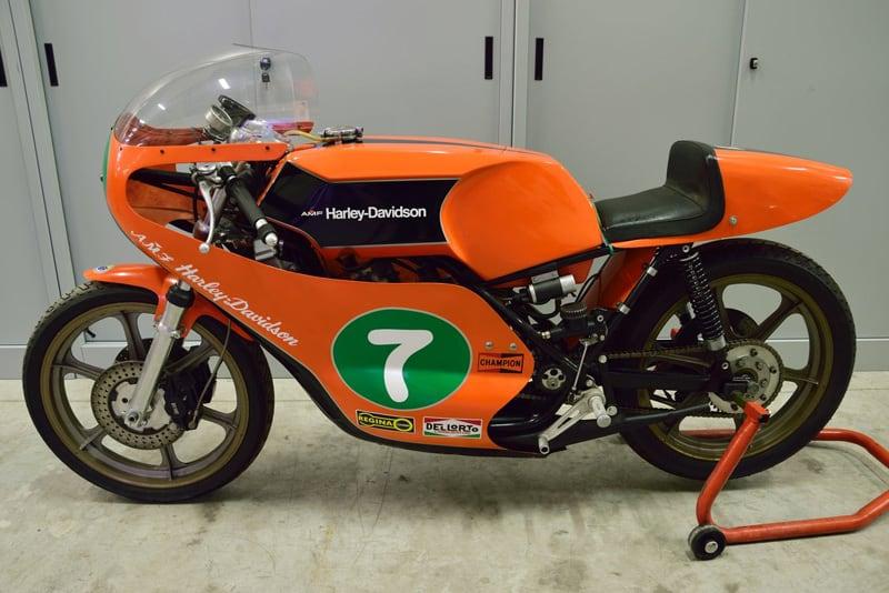 Nada dos tradicionais cromados da Harley, motor em V2 ou qualquer outro elemento clássico da Harley. A americana adotou o estilo europeu no Mundial