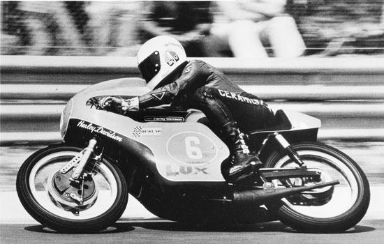 A passagem da Harley pelo Mundial aconteceu na era dos freios a tambor na roda dianteira. Haja perícia - e coragem