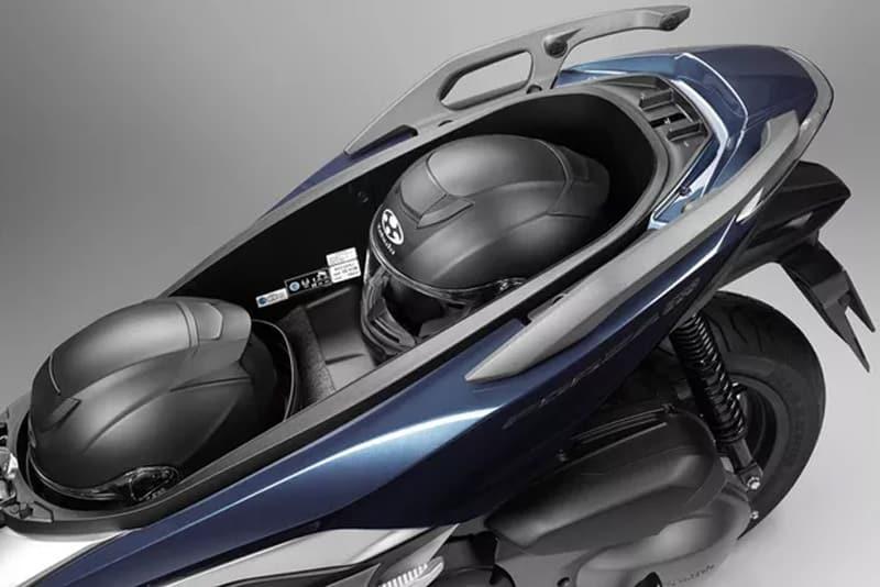 Forza 300 oferece tomada e espaço suficiente para dois capacetes integrais sob o assento