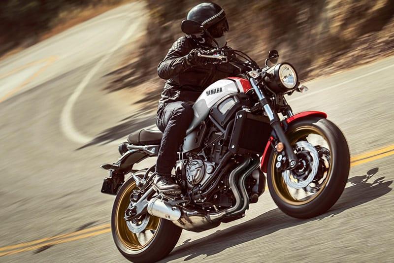 Uma clássica dessas, uma jaqueta personalizada, um capacete fosco e uma estrada cheia de curvas. Receita perfeita para a diversão!