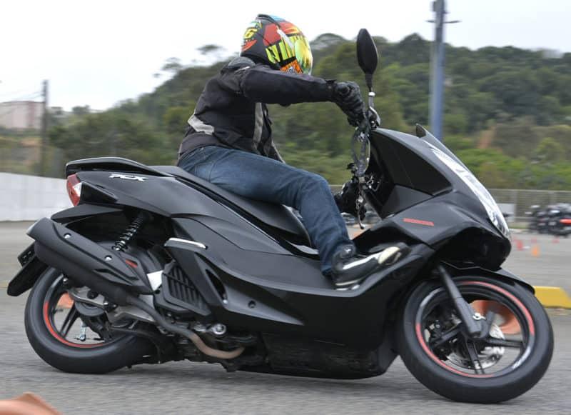 Vale lembrar que quanto maior a velocidade dentro da curva maior será a necessidade de inclinação da scooter para conseguir manter a trajetória
