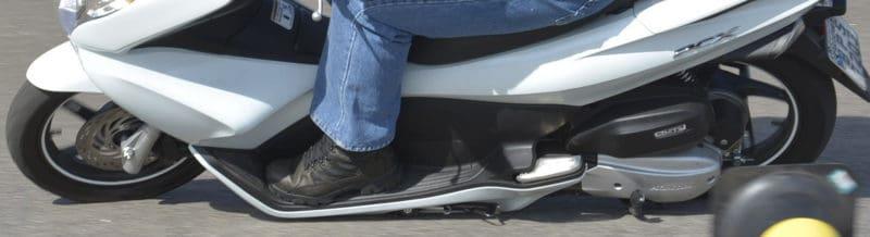 Nas scooter vários componentes podem tocar o solo, como cavalete, pezinho lateral e até as longas carenagens. Conheça os limites da sua moto - Foto: Geórgia Zuliani