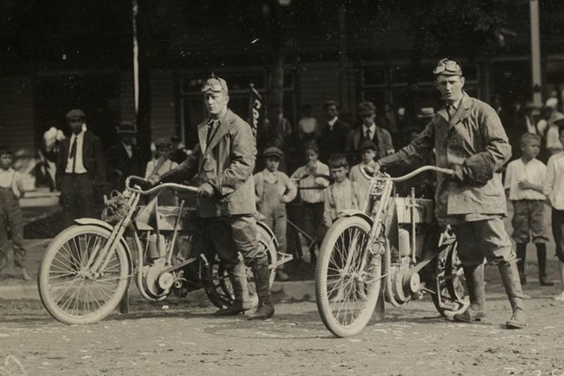 William S. Harley e Walter Davidson na Competição de Resistência da Federação de Motociclistas Americanos (FAM) de 1910