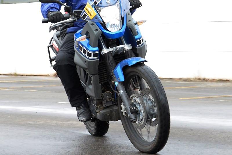 O guidão virado para a esquerda enquanto a moto inclina na direção contrária. O contraesterço é isso e muito mais - Foto: Geórgia Zuliani