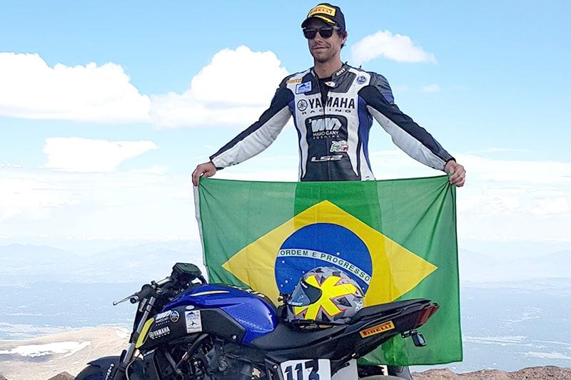 Rafa Paschoalin comemorando a vitória (inédita para um brasileiro) no Pikes Peak 2019. Paulista é o único brasileiro corajoso (ou doido) o suficiente para encarar o TT da Ilha de Man - e está pronto para sua quarta participação